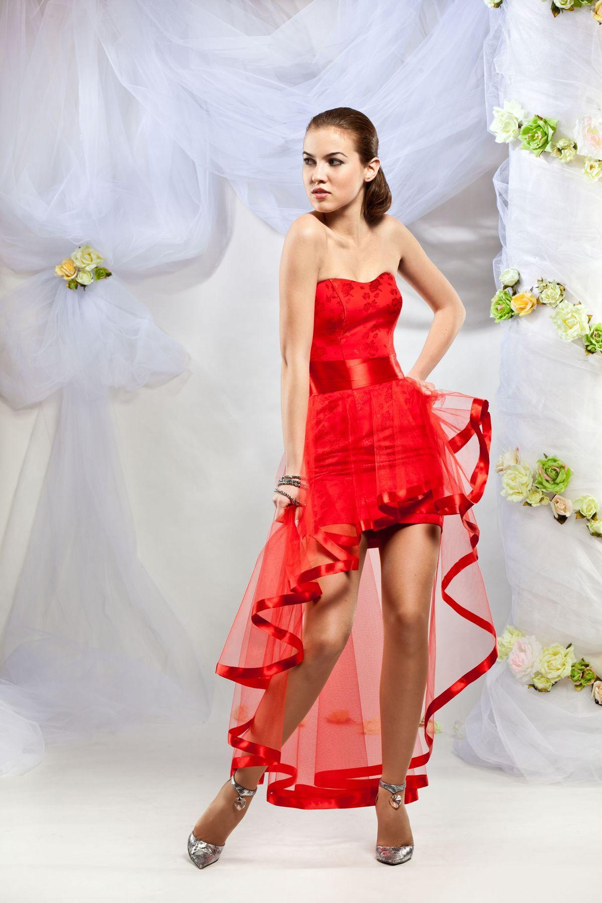 Красивые платья короткие со шлейфом
